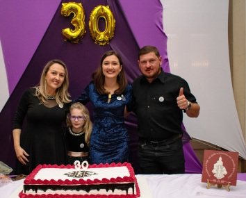 Presidente Laura celebra o momento ladeada pelos pais Tatiana e Vanderlei e da irmã Valentina.
