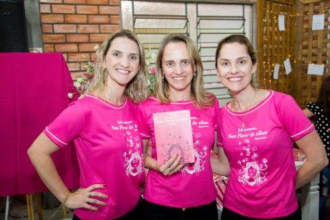 Ana, Andrea e Katia Konrath, amigas de Val, atuaram na venda dos livros na noite e tem exemplares para venda direta.