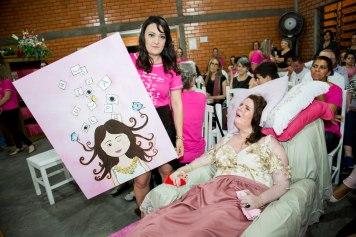 Daisi presenteou Val com um quadro feito por ela
