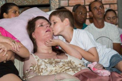 Val recebe o carinho de seu filho Marquinhos