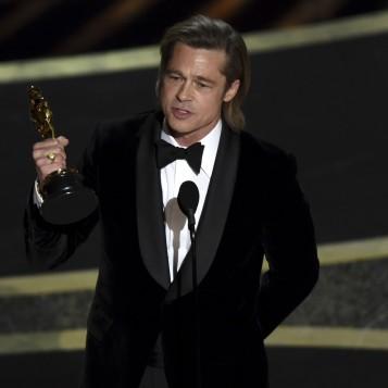 Brad Pitt durante o levou o Oscar de Melhor Ator Coadjuvante no Oscar 2020 — Foto: Chris Pizzell-/AP