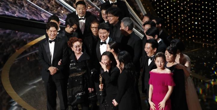 Elenco e equipe de 'Parasita' no palco para receber estatueta de melhor filme no Oscar 2020 — Foto Mario Anzuoni-Reuters