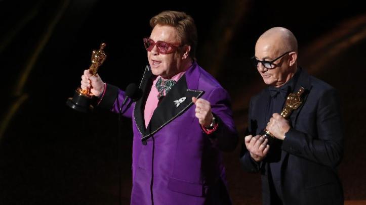 Elton John e Bernie Taupin recebem o Oscar de melhor canção original por I'm Gonna Love Me Again, para a trilha de Rocketman - Foto Mario Anzuoni - Reuters