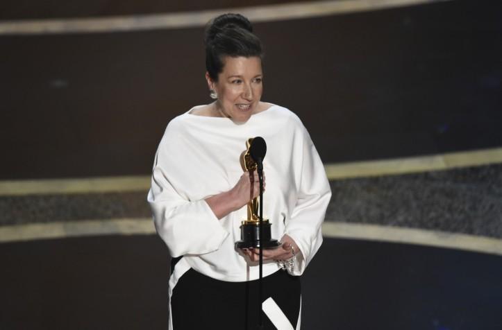 Jacqueline Durran recebe o Oscar de melhor design de figurino por 'Adoráveis Mulheres' — Foto Chris Pizzello-AP