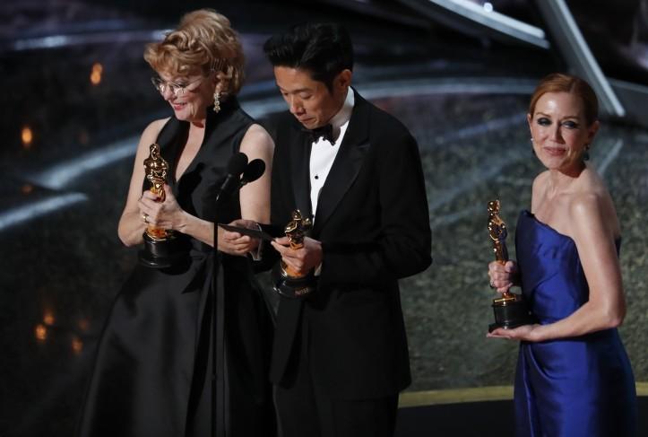 Kazu Hiro, Anne Morgan e Vivian Baker recebem o Oscar de melhor maquiagem e cabelo por 'O escândalo' — Foto Mario Anzuoni-Reuters