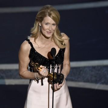 Laura Dern recebe o Oscar de melhor atriz coadjuvante por 'História de um casamento' — Foto: Chris Pizzello-AP