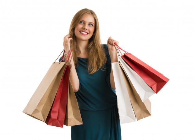 mulher-comprando-segurando-sacos-de-compras-olhando-para-cima_19485-2302