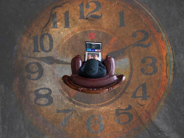 relógio e poltrona