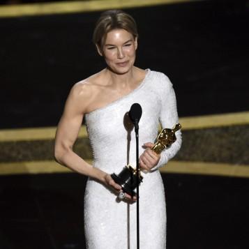 Renee Zellweger recebe o Oscar de melhor atriz por 'Judy' — Foto: Chris Pizzello-AP